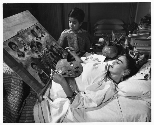 Frida-Kahlo_painting-in-bed